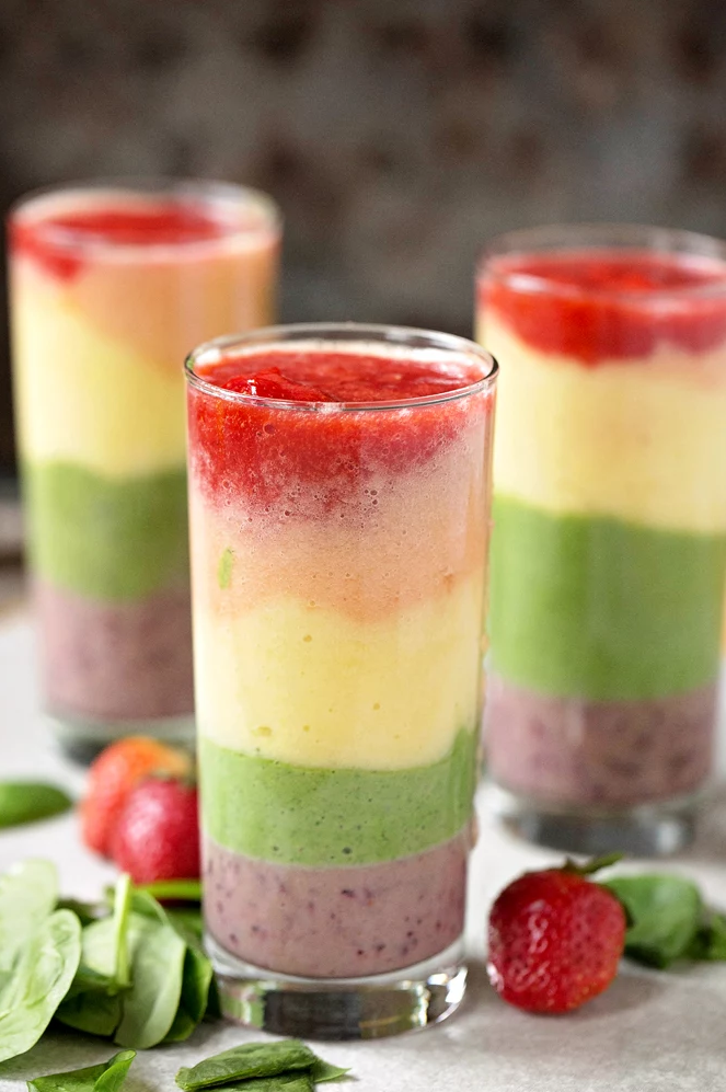Get the recipe for this beautifully bright, refreshing five-layer rainbow smoothie over @ Hip Mama's Place!